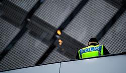 Polis på uppdrag på 08-derbyt på Tele 2 Arena.