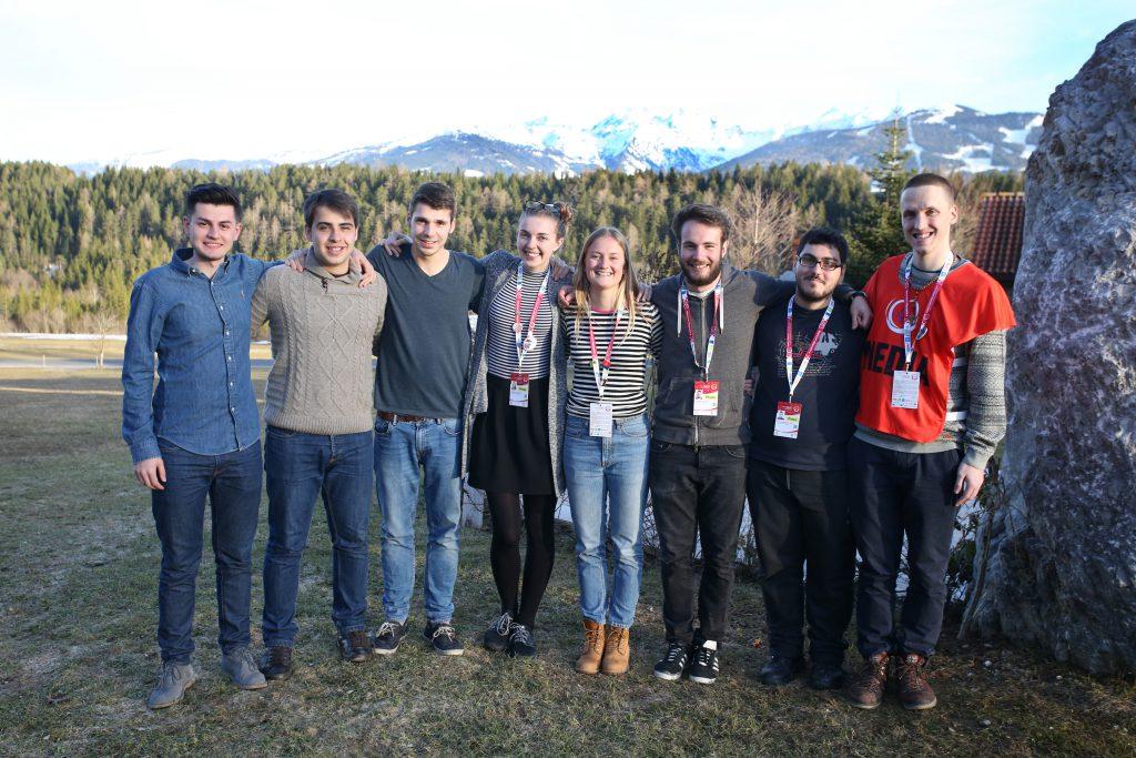 Jakob Romeborn, längst till höger, tillsammans med halva Young Reporters-gruppen i Österrike. Foto: Special Olympics 2017