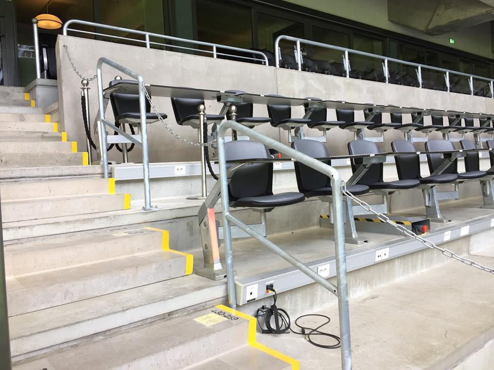 Efter påtryckningar från SSF och SKS finns nu ett fast staket runt pressläktaren på Tele2 Arena. Foto: Tele2 Arena