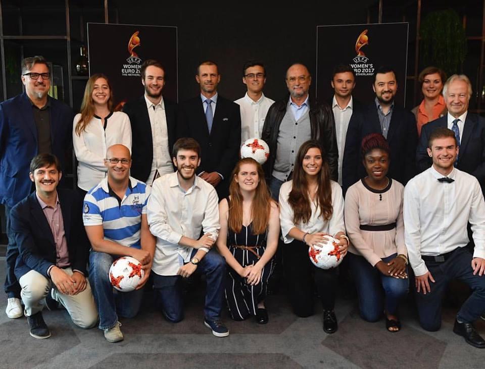 Deltagarna i AIPS Young Reporters Programme under fotbolls-EM i somras. Karl Sundström fyra från höger på övre raden, till höger om AIPS italienske ordförande Gianni Merlo. Foto: Uefa