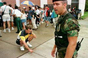 Sommar-OS i Atlanta 1996. Pressansvarige Bjšörn Folin fåŒr besked om att det svenska kungahuset just väŠnt och ställer in sitt besök i Olympiabyn efter ett bombhot.